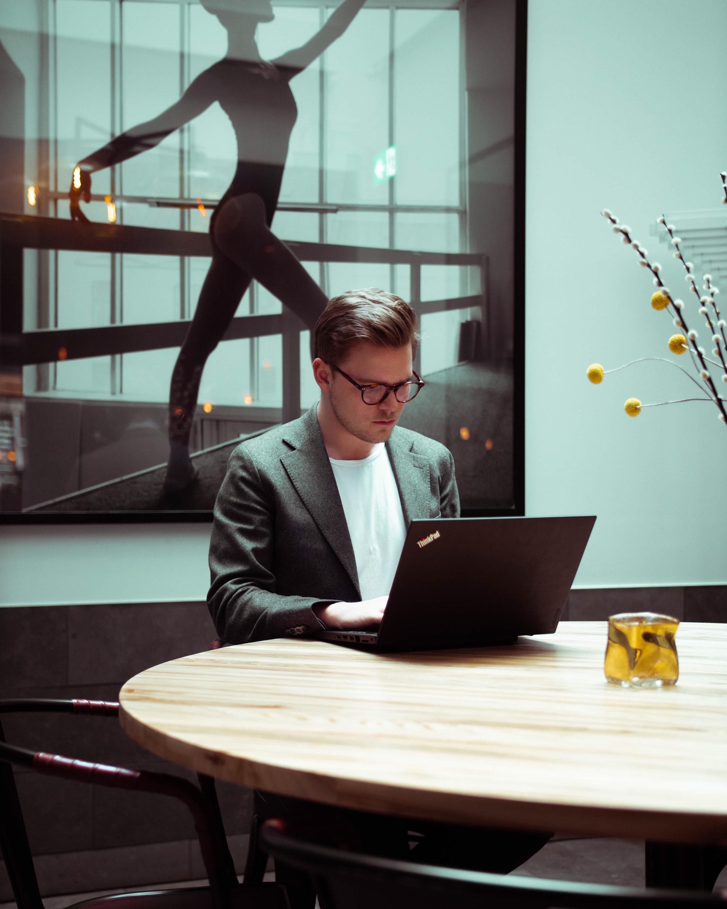 #changeIT - Det finns områden där IT-branschen ligger långt efter. Tjänster utvecklas med egen förtjänst istället för nytta som utgångspunkt och fokus är inte på kundens behov vid paketeringen.Vi spår ett betydligt sjystare affärsklimat för kunden inom IT-branschen framöver och vi vill vara med att driva den utvecklingen.- Fredrik Lövgren, Produktansvarig