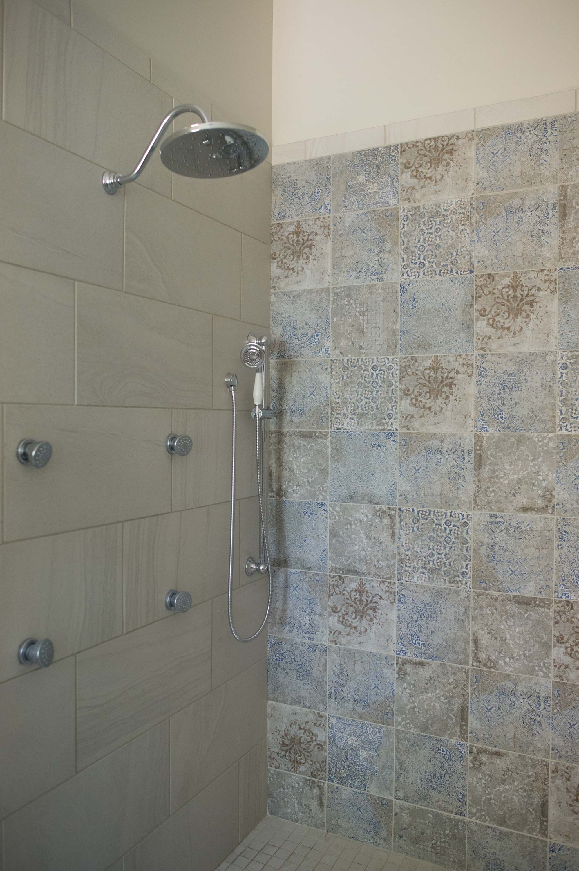 Shower room with tiles and shower head