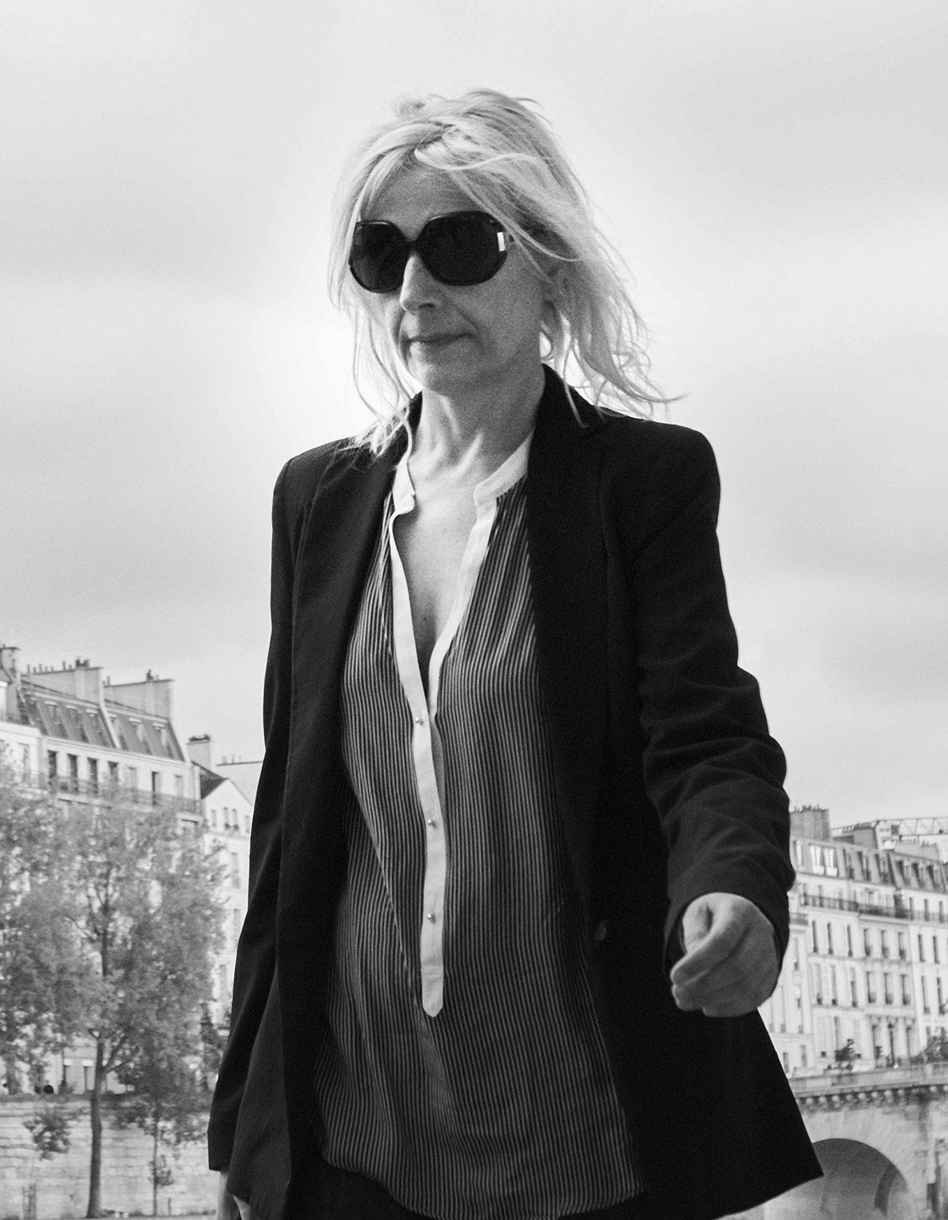 0460-Woman-with-sunglasses-along-Seine.jpg
