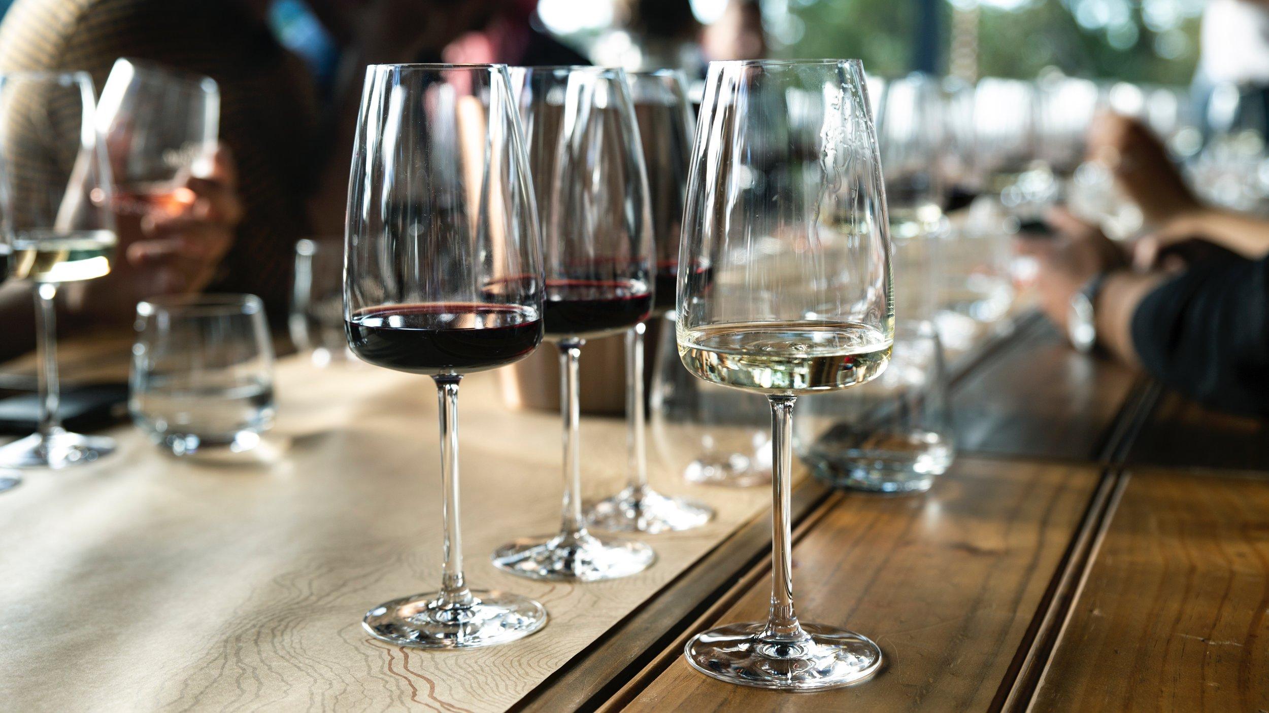 PROEF! - Bij de wijnworkshop Proef! neem ik jullie graag mee op ontdekkingsreis door de wondere wereld van wijn. Op een laagdrempelige manier ontdekt u door de speciaal geselecteerde wijnen uw eigen smaak en leert u ook kwaliteitsverschillen in wijn te herkennen. Door de aangename mix van theorie en praktijk valt er bij deze proeverij zowel voor de beginnende als voor de gevorderde wijndrinker dus veel te ontdekken.