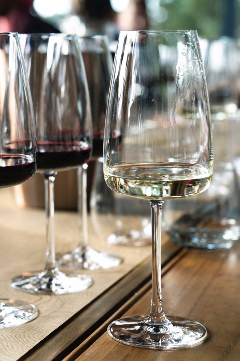 wijnworkshops - Bij de wijnworkshops gaan we aan de slag met wijn en zetten we onze zintuigen op scherp: wat zie ik, wat ruik ik en wat proef ik en wat betekent dat allemaal?Van een laagdrempelige kennismaking met wijn tot een premium avond op hoog niveau, door de mix van theorie en praktijk staan de wijnworkshops voor iedereen garant voor leerzame, lekkere en gezellige uurtjes. Een aanrader voor wijnliefhebbers op elk niveau.De prijzen van de wijnworkshops zijn gebaseerd op acht tot tien deelnemers, bij u thuis of op een door u geregelde locatie. Ik neem de wijnen, wijnglazen, spietons en brood mee. Een groter aantal deelnemers of een bijzondere locatie is geen enkel probleem, ik maak graag een offerte op maat.