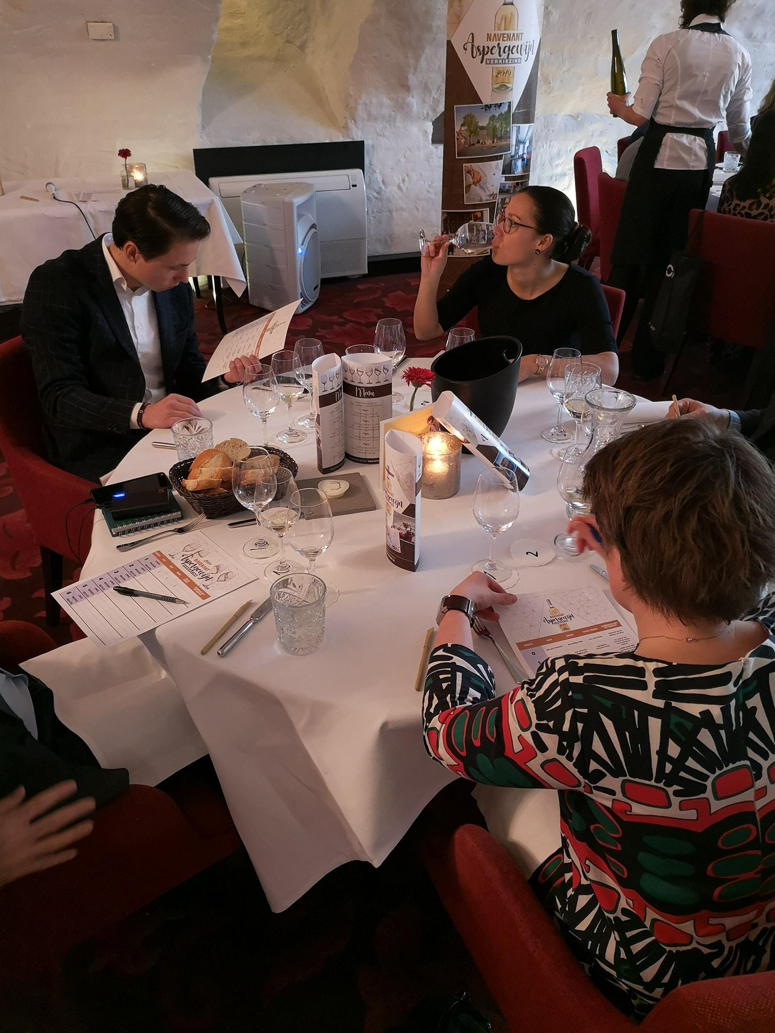 Cecile.wine - nieuws - Navenant Aspergewijnverkiezing -  jurytafel