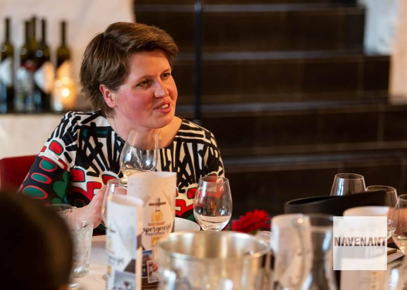 Cecile.wine - nieuws - Navenant Aspergewijnverkiezing -  Cecile overlegt