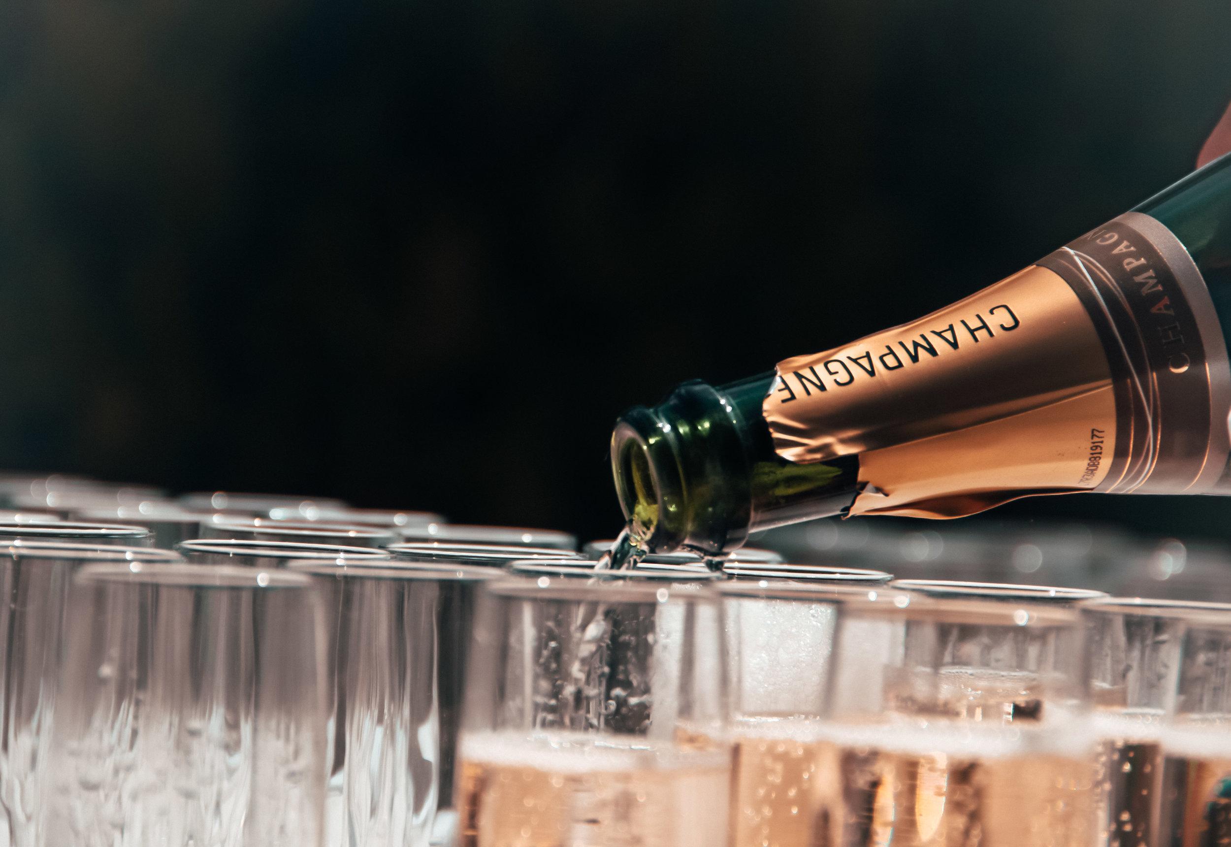 Bubbels - Mousserende wijnen, wie is er niet dol op? Vaak laten we de kurken knallen om iets te vieren en drinken we ons glaasje leeg zonder na de denken. Zonde! Er valt zo veel te proeven en te ontdekken bij mousserende wijnen. Door de speciaal geselecteerde wijnen ontdekt u onder andere de verschillende manieren waarop mousserende wijnen zoals champagne, cava en prosecco gemaakt worden. Hierbij komen ook verschillen in kwaliteit aan bod. En uiteraard is het ook gewoon lekker lachen en genieten!