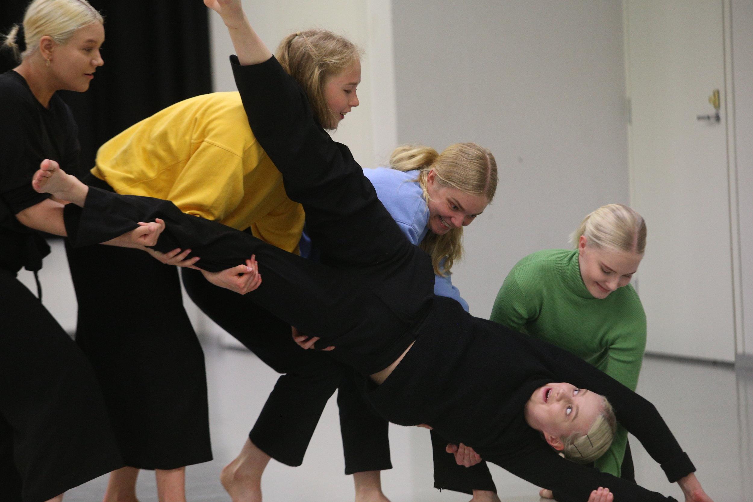 Kevätnäytös 2019 / Sorina, kor. Anna Mustonen, tanssi (vasemmalta): Valo Valve, Iiris Miettinen, Tiia Tikkala, Rosa Koreander ja Katri Käpynen