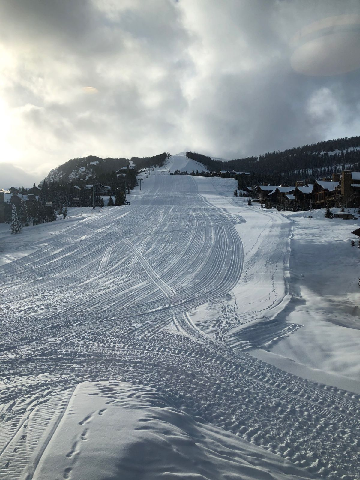 Skiing and boarding at the Club includes over 100 runs, 2,700 skiable acres, and 2,700 vertical feet that suit enthusiasts of all abilities – with a perfect mix of beginner terrain, intermediate runs, expert chutes, trees, and gullies.
