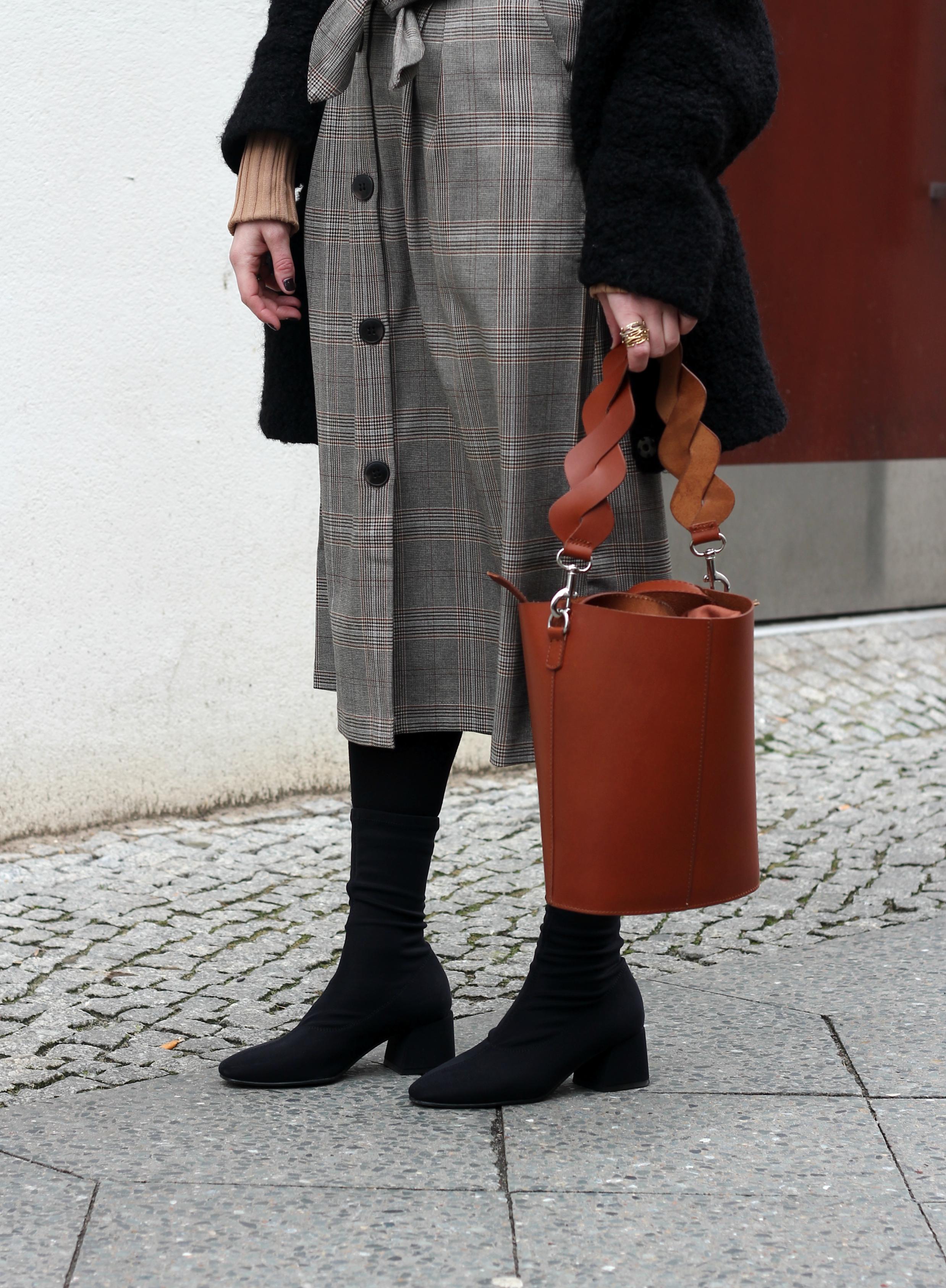 annaporter-cognac-bucket-bag-midiskirt-camel-turtleneck-look-details.jpg