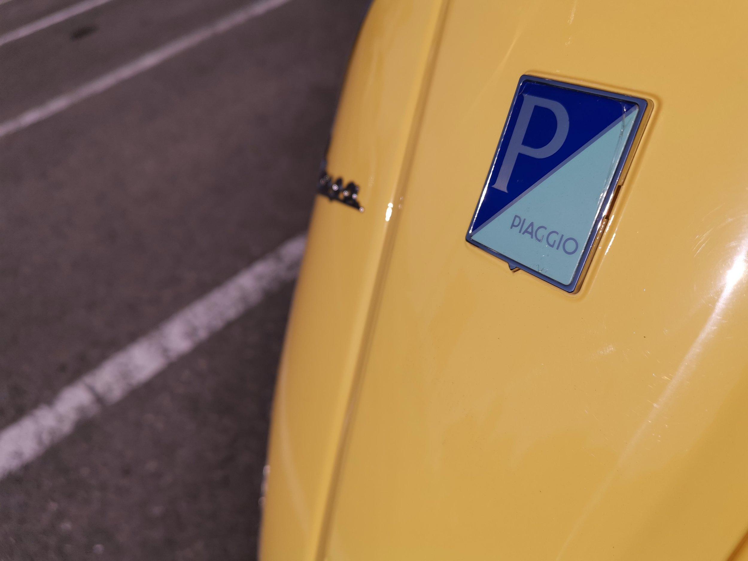Piaggio社のバッジ