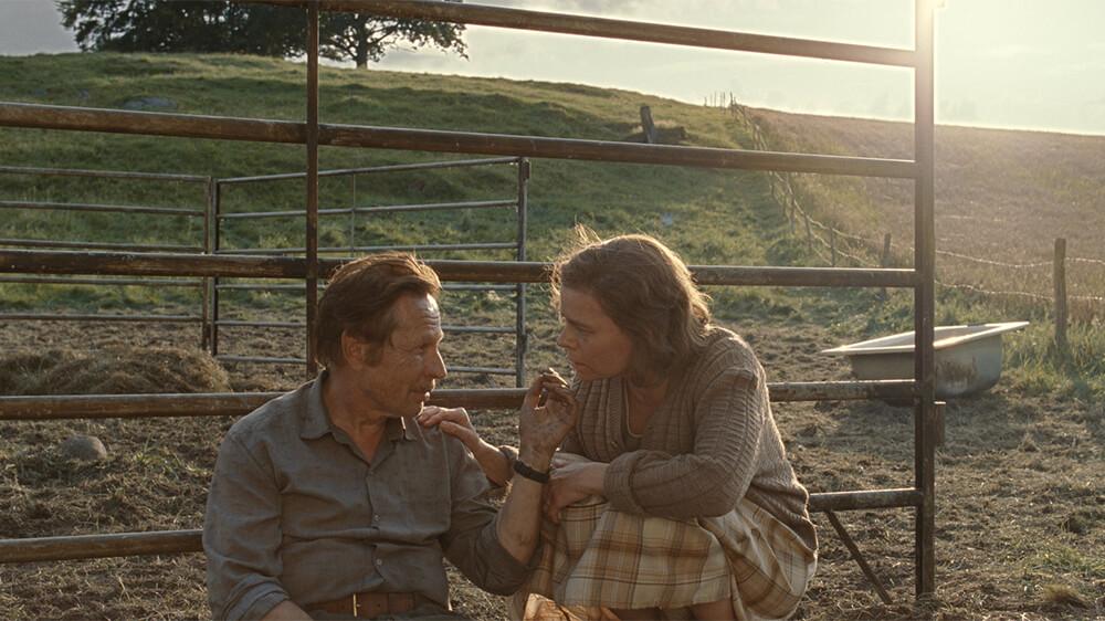Filmvisning: Korparna  Kl 10.30  Dramat utspelar sig på en svensk gård på 1970-talet. I en by under långsam avfolkning håller bonden Agne på att drivas till vansinne av det deprimerande arbetet på gården, av sin brinnande önskan att få den äldste sonen Klas att ta över gården och av en gnagande känsla av att någon vill hans familj illa. 15-årige Klas drömmer sig långt bort från gården och dras i stället mot fåglarnas värld. Men allteftersom de yttre hoten ökar och hans inre skuldkänslor växer, ställs Klas inför det oundvikliga valet mellan att slå sig fri eller ge upp. Regi: Jens Assur. (Sverige, 1 tim, 47 min, eng text) Nominerad till Nordiska rådets filmpris 2018.