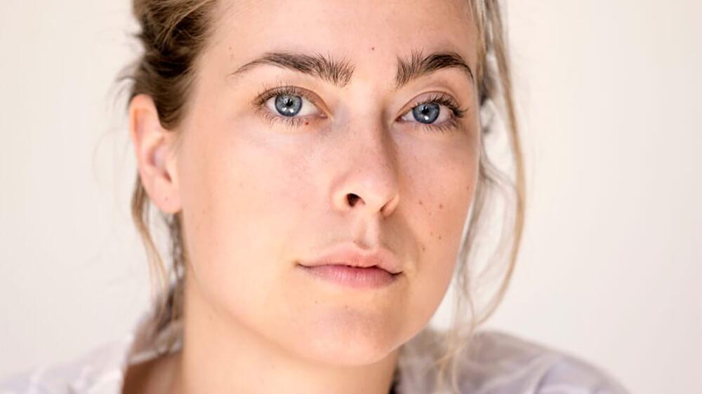 Författarsamtal: Caroline Albertine Minor (Danmark), nominerad till Nordiska rådets litteraturpris 2018.    Kl 18.00  Caroline Albertine Minor har slagit igenom med novellsamlingen Velsignelser. Den är nu också nominerad till Nordiska rådets litteraturpris. I motiv för nomineringen står det att hennes prosa är intelligent, passionerad och vacker: Det är förskräckliga, outhärdliga, mörka, skamfulla, ångestfulla och plågsamma känslor som står på spel i de sju berättelserna, men efter upplevelserna av förlust, ensamhet, svek, sorg och vilsenhet finns där också hopp, vänskap, kärlek, medmänsklighet och nya horisonter. Medverkande: Caroline Albertine Minor i samtal med Gunilla Kindstrand.