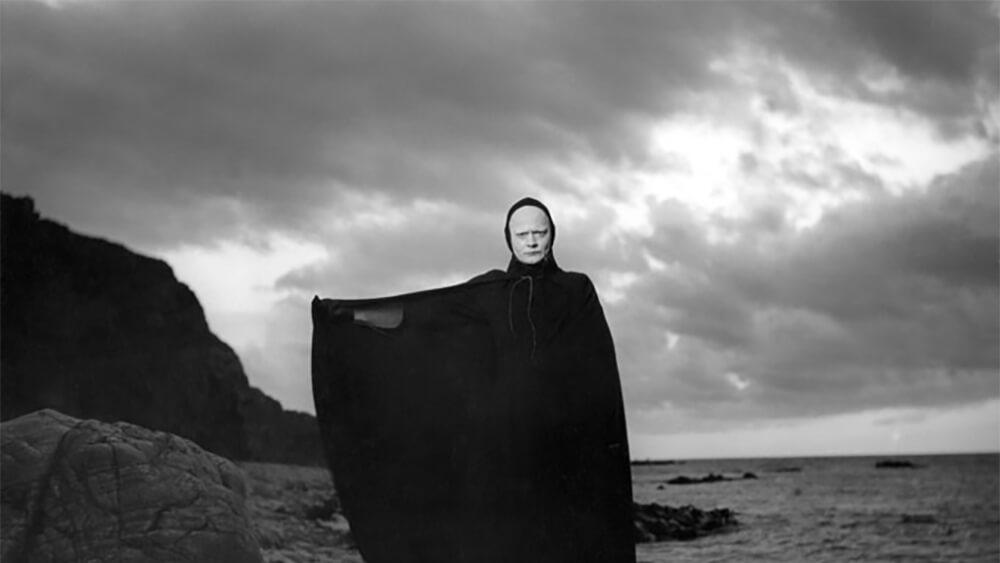 Filmvisning: Det sjunde inseglet  Kl 15.45  Regi: Ingmar Bergman. (1957, 1 tim, 36 min, eng text). Det är under digerdödens härjningar. På en strand möter riddaren Antonius Block Döden som har kommit för att hämta honom. På Antonius förslag inleder de ett parti schack. Döden går med på att låta honom leva så länge han förmår bjuda motstånd i spelet. En av Ingmar Bergmans allra mest kända och hyllade verk. Kopian är nyrestaurerad av Svenska filminstitutet och visas med engelsk text. Filmen visas med anledning av Bergmanåret 2018.