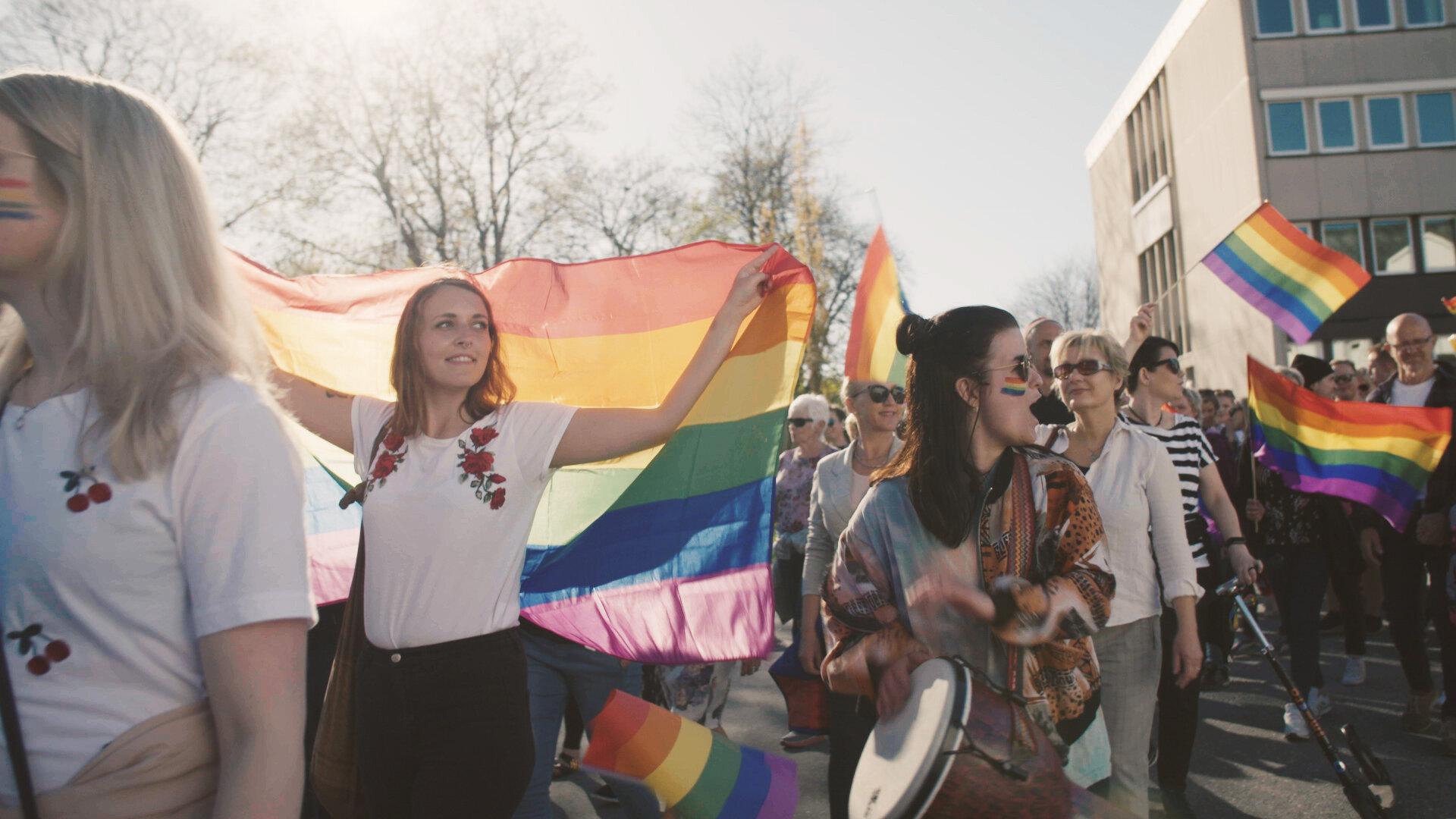 Film: Nordisk kortdokumentär: When Pride Came To Town   Kl 20.00, bio mauritz - obs ny tid!  Regi: Julia Dahr, Julie Lunde Lilesaeter, Norge, 2018 (18 min). Engelsk text. Historien om den första Pride-paraden på norska landsbygden. Vi möter Bjørn-Tore, 52 år, som lämnade sin uppväxts Volda för storstaden och möjligheten att leva det liv han ville. Nu kommer han tillbaka, för att delta i den första lokala Prideparaden i just hans stad. Det är med blandade känslor Bjørn-Tore återvänder och den lokala befolkningen är delad i två läger inför evenemanget. Visas i samarbete med Tempo dokumentärfestival.  Läs mer
