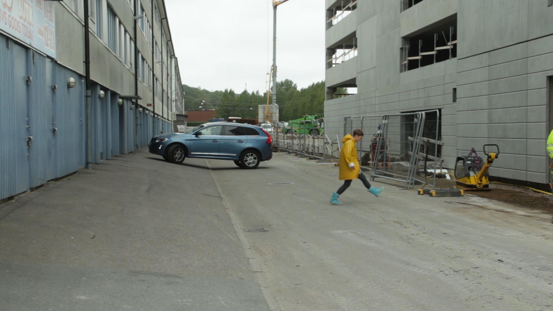 """förFilm:    Nordisk kortdokumentär: Väggen   Kl 10.00, bio victor  Regi: Astrid Askberger, Sverige, 2019 (5 min). Engelsk text. """"Vi visste att de byggde något på parkeringen utanför. Vi hade känt hur de pålade och sett hur dörrkarmen och trapphuset spruckit."""" I en rappt klippt kortfilm berättar Astrid Askberger historien om hur det är att få en ny vägg tio meter från sitt fönster. Visas i samarbete med Tempo dokumentärfestival.  Läs mer"""