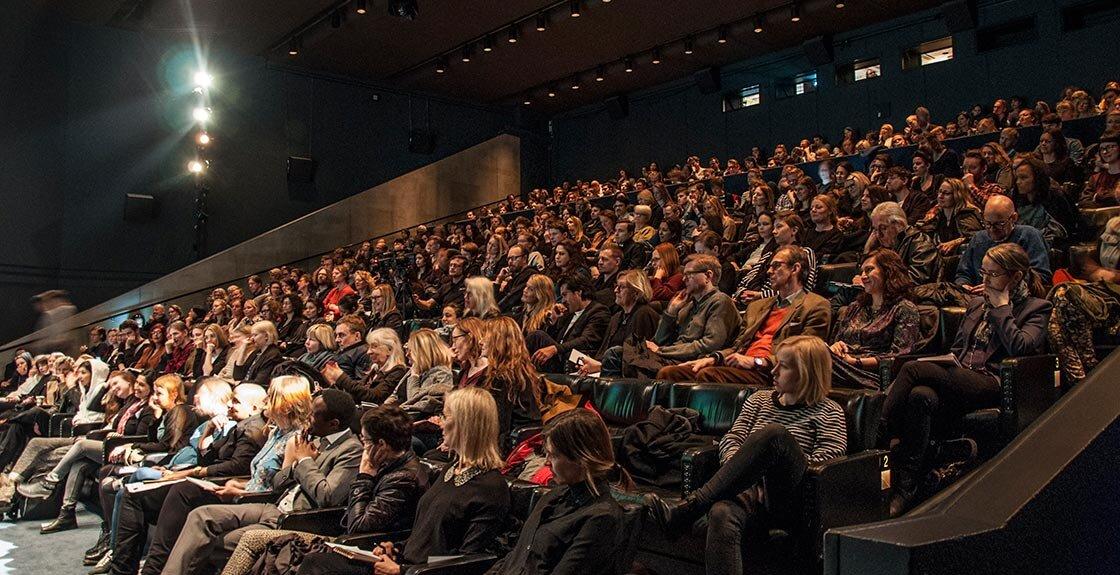 Filmsamtal: Möt de nominerade!   KL 15.00, bio victor    Svenska filminstitutets Jan Göransson i samtal med några av filmskaparna som är nominerade till Nordiska rådets filmpris.  Medverkande:  Jan Göransson , moderator,  Magdalena Jangard , chef för produktionsstöd på Svenska Filminstitutet,  Liselott Forsman , ny direktör för Nordisk Film & TV Fond, regissörerna  May el-Toukhy  (Hjärter dam),  Miia Tervo  (Aurora) och  Carl Javér  (Rekonstruktion Utøya). Producenterna  Elisabeth Kvithell  (Blind Spot),  Caroline Blanco  (Hjärter dam),  Max Malka  (Aurora),  Anton Máni Svansson  (A White, White Day) och  Fredrik Lange  (Rekonstruktion Utøya). Manusförfattaren  Maren Louise Käehne  (Hjärter dam) och skådespelaren  Gustav Lindh  (Hjärter dam). ( Här  är alla nominerade)  (Foto: Christopher Mair)