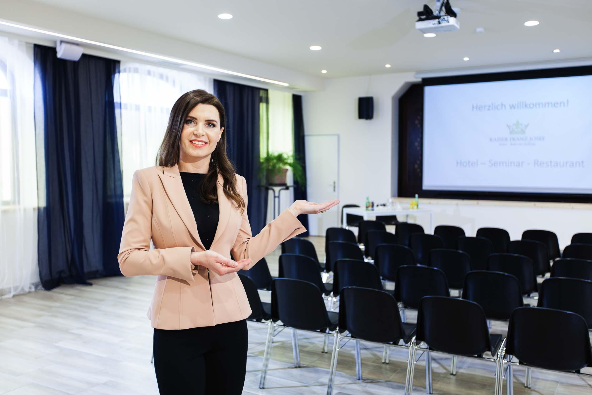 Hotelfotograf Businesshotel Konferenzraum mit Model0734-0100.jpg
