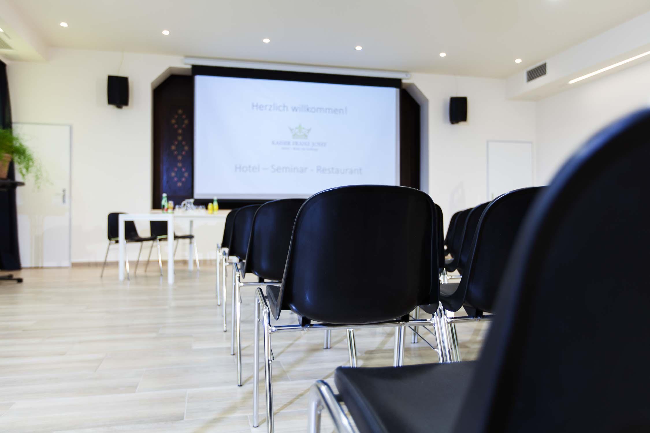 Hotelfotograf Businesshotel Konferenzraum mit Model0735-0102.jpg
