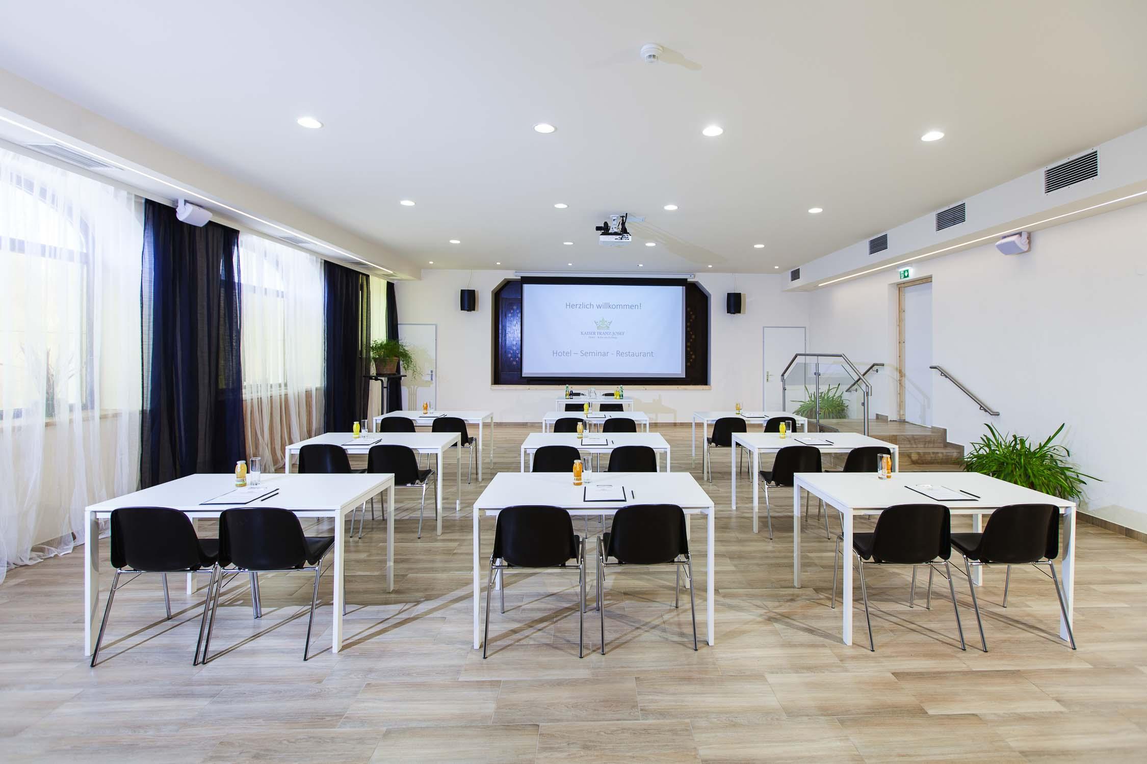 Hotelfotograf Businesshotel Konferenzraum mit Model0744-0105.jpg