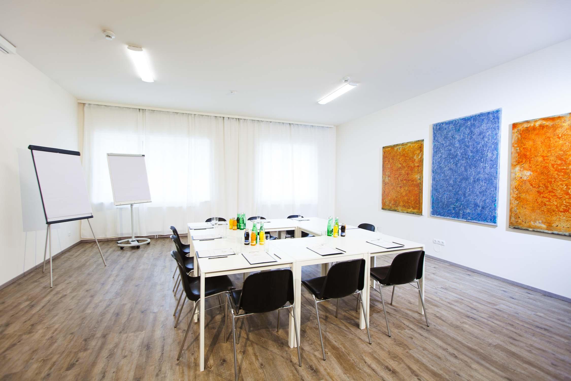 Meetingraum Hotelfotograf Businesshotel Konferenzraum mit Model0737-0107.jpg