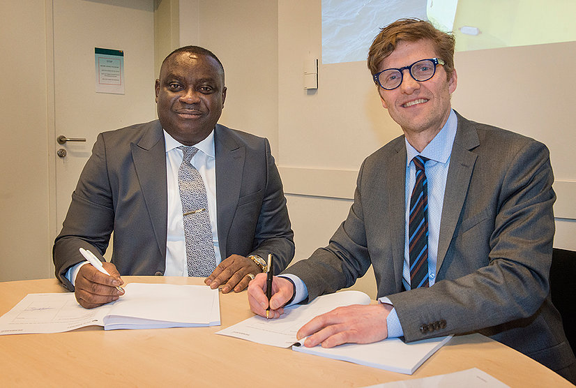 TC's Energy CEO Anthony Opoku and Seabased CEO Oivind Magnussen sign contracts at Ocean Energy Europe offices