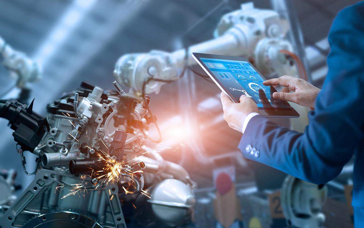 Montagearbeitsplatz mit integriertem Tablet für Arbeitsanweisungen und Augmented-Reality Steuerung von Maschinen