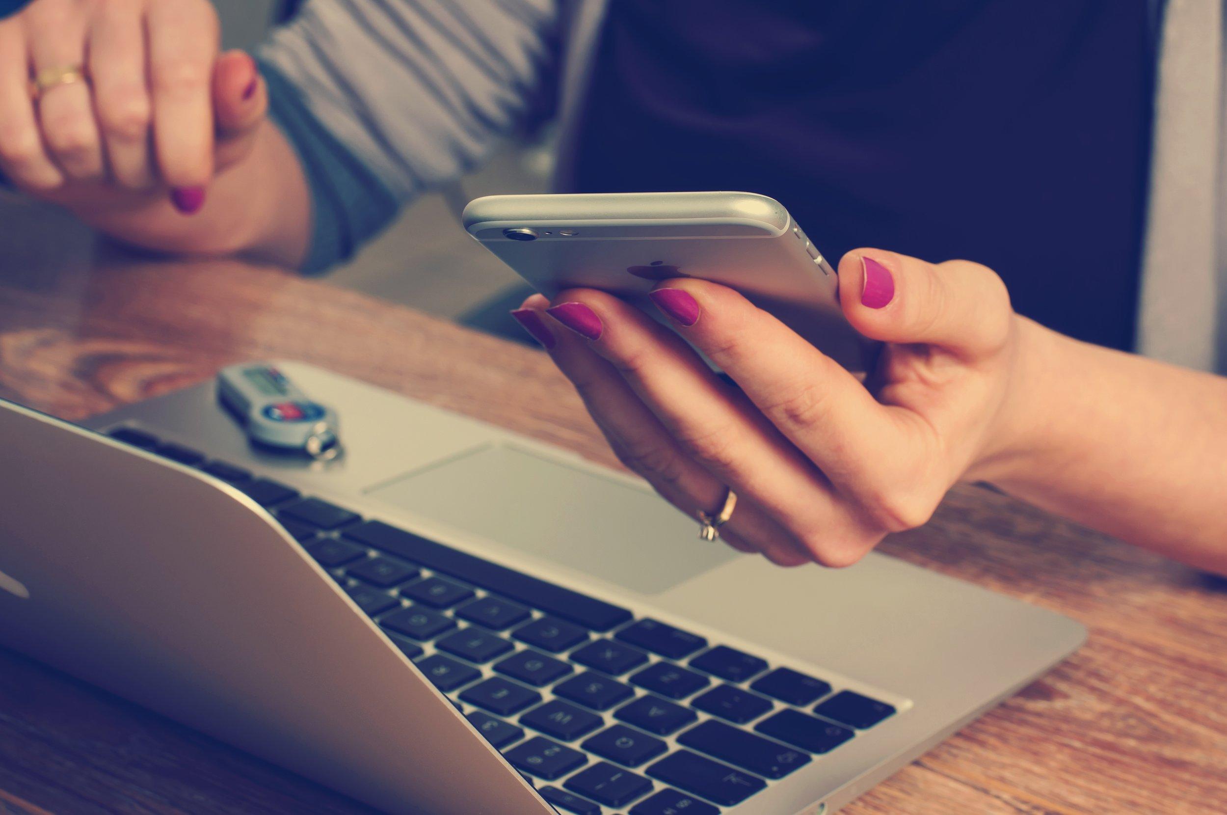 kein.mehrwert? - Die Digitalisierung vernetzt weltweit Menschen und Geräte und sie beeinflusst unser Leben online wie offline.Dabei ist die Digitalisierung zunächst nur ein Werkzeug. Doch nur weil etwas digital ist, ist es nicht gleichzeitig besser.Richtig eingesetzt kann Sie einen Mehrwert schaffen. Und damit stellt sich die Frage: Wie setzt man die Digitalisierung richtig ein? Bevor wir uns dieser Frage nähern, möchten wir Sie zunächst für die allgemeinen Herausforderungen der Digitalisierung sensibilisieren.