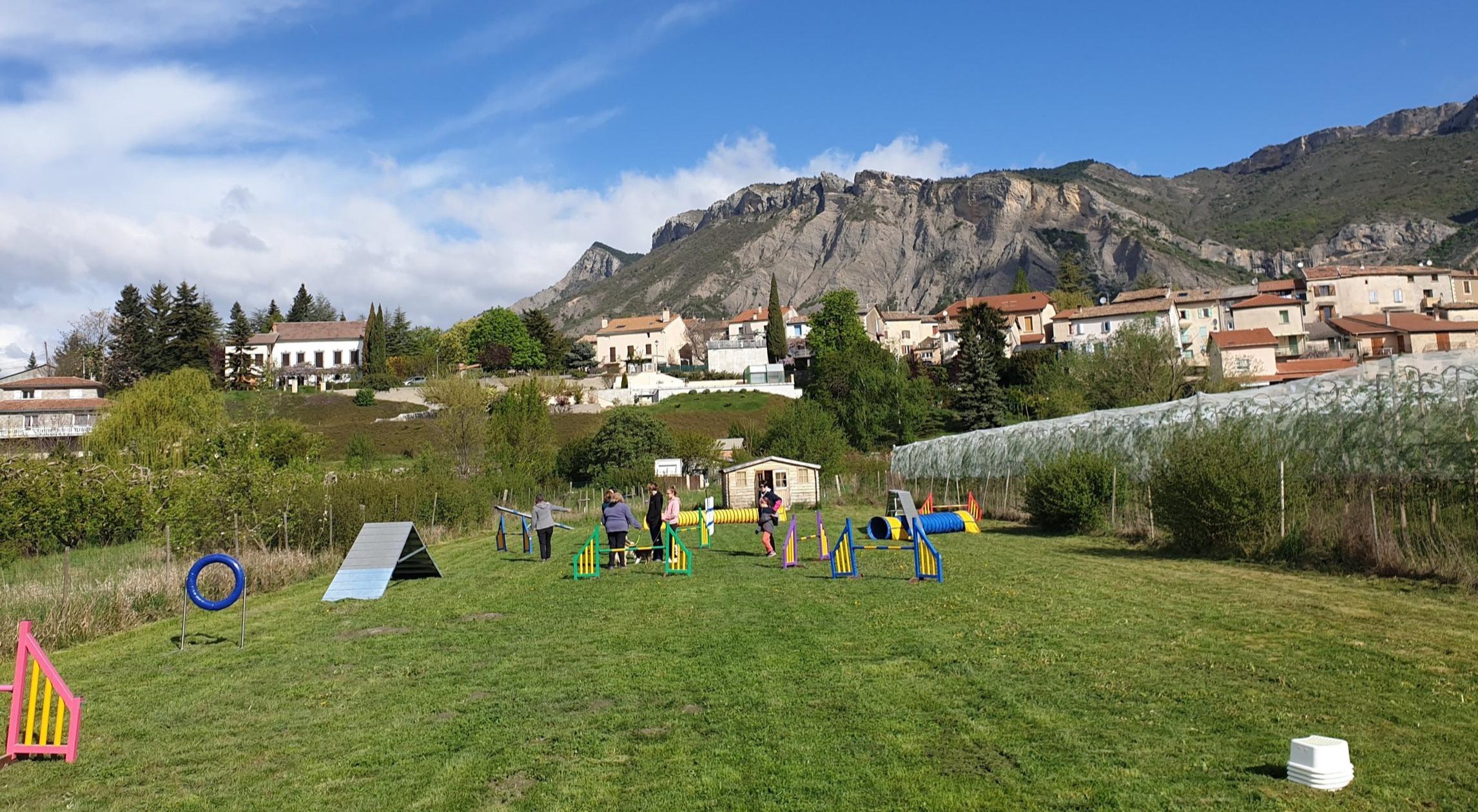 Terrain de Monêtier-Allemont - Notre terrain d'agility dans les Hautes Alpes, à 30 min de Gap et de Sisteron dispose d'un parcours d'agility complet (balançoire, passerelle, palissade, haies, tunnels, slalom...) conforme à la réglementation afin de pratiquer ce sport canin dans les meilleures conditions.