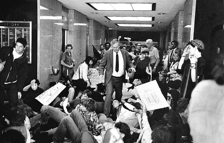 Hall of Justice, SF, July 18, 1984.  The SFPD arrested so many protesters that the jail overflowed into the building's hallways. (Photo: Keith Holmes)