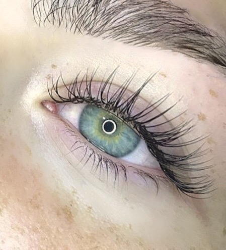 Classic Lash Extensions are applied in a 1:1 ratio, meaning one lash extension is applied to each one of your natural eyelashes. This service is great if you have plenty of natural lashes. You can expect full coverage resulting in longer, fuller beautiful lashes.