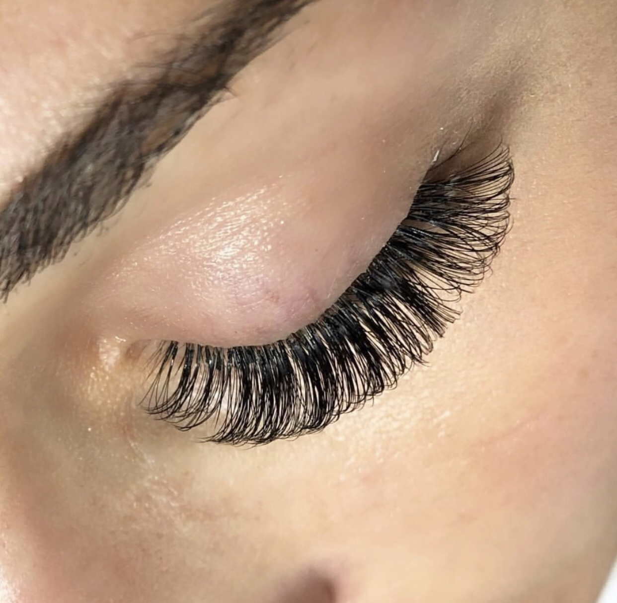 Volume Lash Extensions are 3-5 light weight, fan-like extensions which are applied to each one of your natural eyelashes. They are great for clients with sparse or patchy natural lashes that desire a full look without any lash damage. You can expect a fuller, fluffy look in comparison to Classic Lash Extensions.