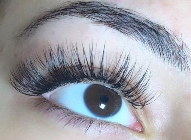 Hybrid Lash Extensions are simply a mix of both Classic Lash Extensions and Volume Lash Extensions. They are great for client who want volume + coverage.