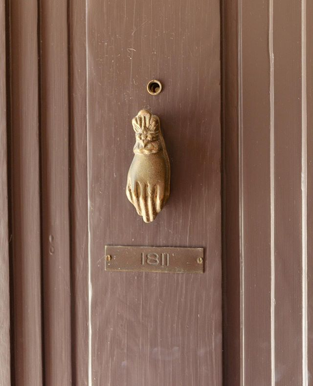 Knock, knock. ⠀ The owner and his architects are unsure whether this knocker for the penthouse apartment is an original feature chosen by Schindler. An unusual fact about the property: only two of the sixteen apartments have knockers. One is this door, which was custom built by Schindler in 1926, the second is a door which was also custom built by Schindler - eleven years later. If you look closely, the hand is wearing a delicate ring on the ring finger. ⠀ ⠀ #sachsapartments #rmschindler #rudolphschindler #schindler #manolacourt #hermansachs #silverlake #ca #socal #losangeles #design #architecture #artdeco #1920sarchitecture #entryway #modernarchitecture #decor #home #homedecor #door #doordesign #doorknocker