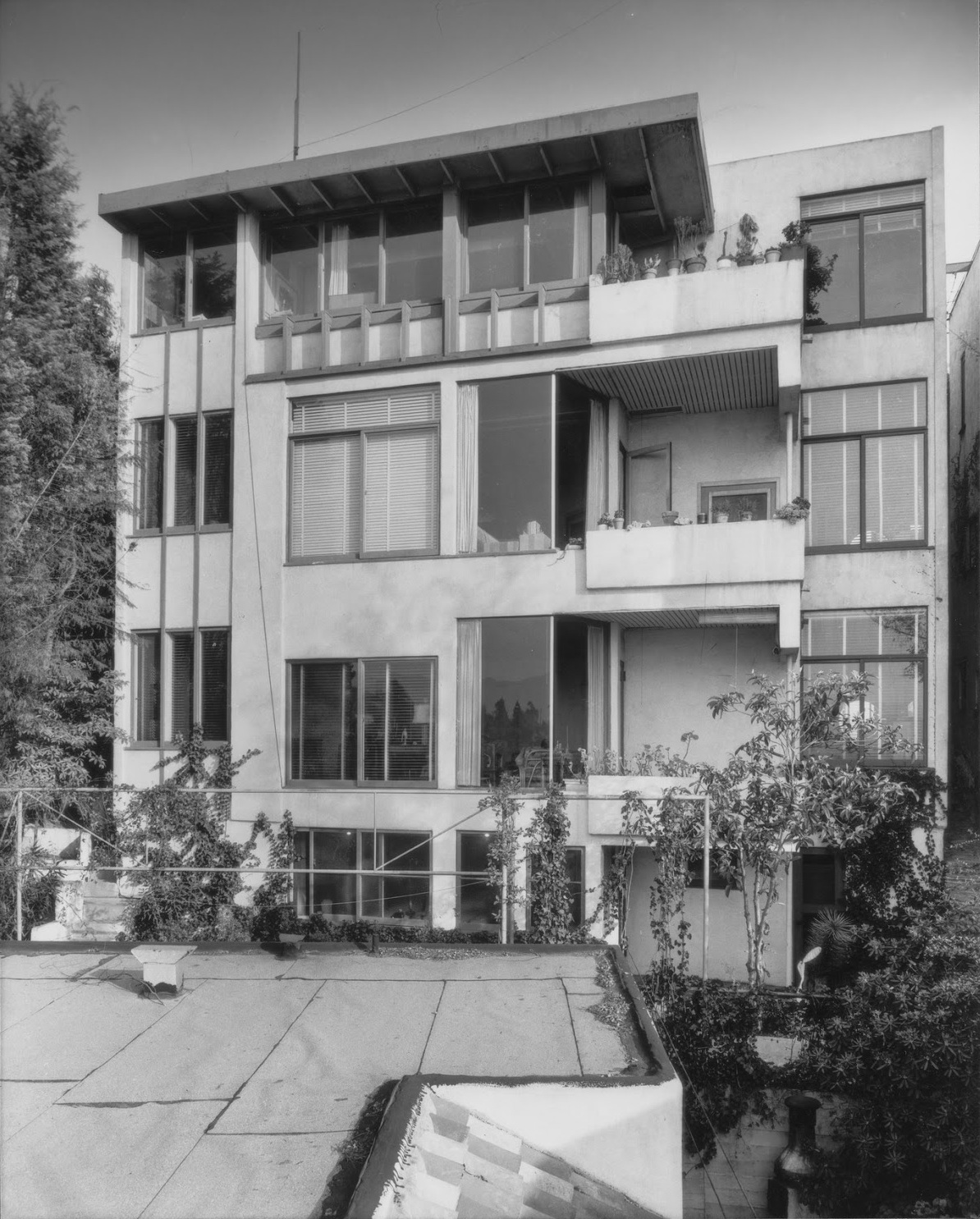 One of the five freestanding buildings at Manola Court, photographed by Julius Shulman in 1938.