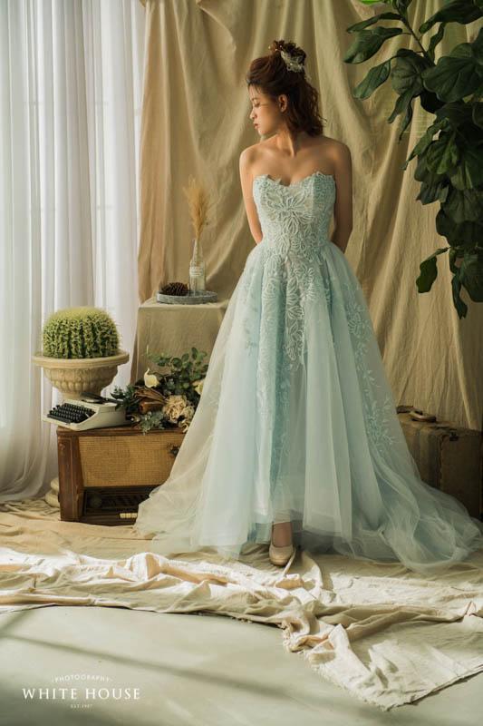 前面裙襬刻意剪裁 讓婚鞋有機會出來露臉 也會看起來更加年輕活潑