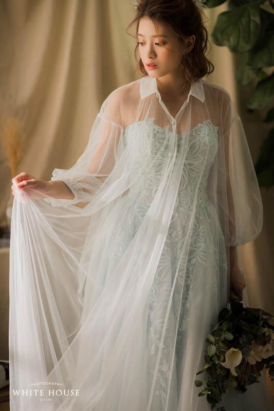 套上罩衫與一般傳統婚紗更為不同,很有特色的一款禮服。