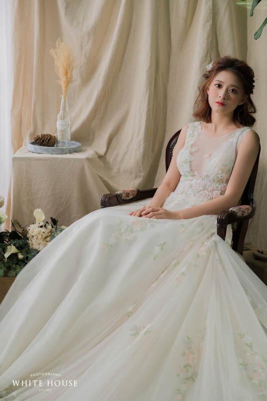 整件禮服的色調相當輕盈,也很適合作為類白紗使用