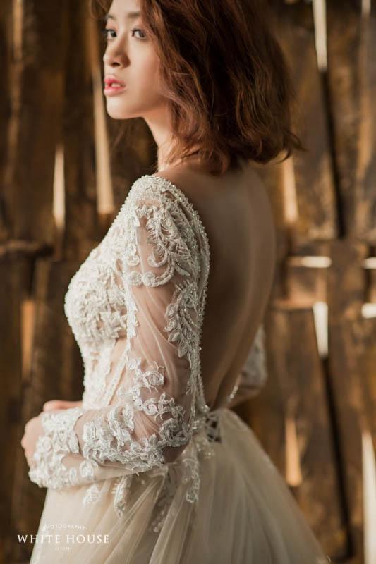 裸背設計讓禮服不會因為長袖而過於沈重