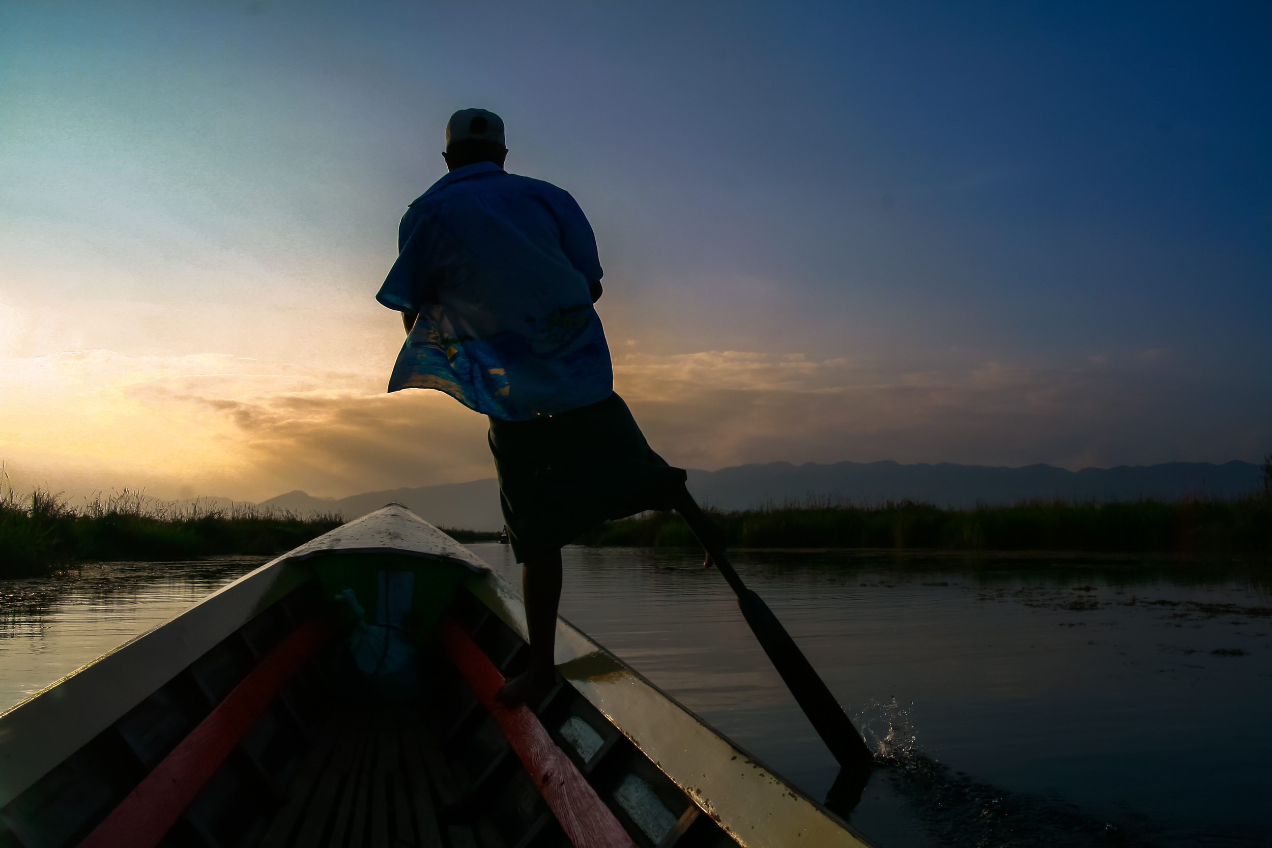 one leg boat rowing technique at Inle Lake.jpg
