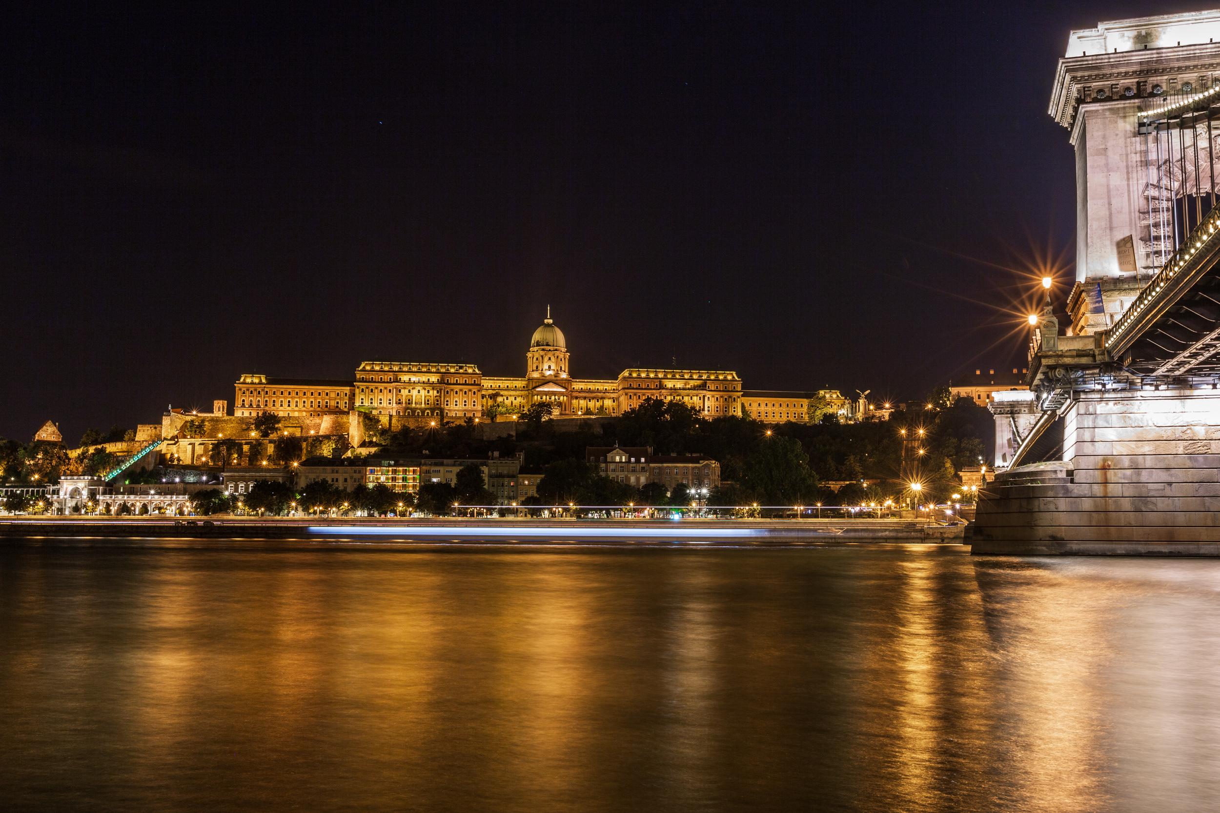 Buda Castle. ISO100, 35mm, f/13, 20sec