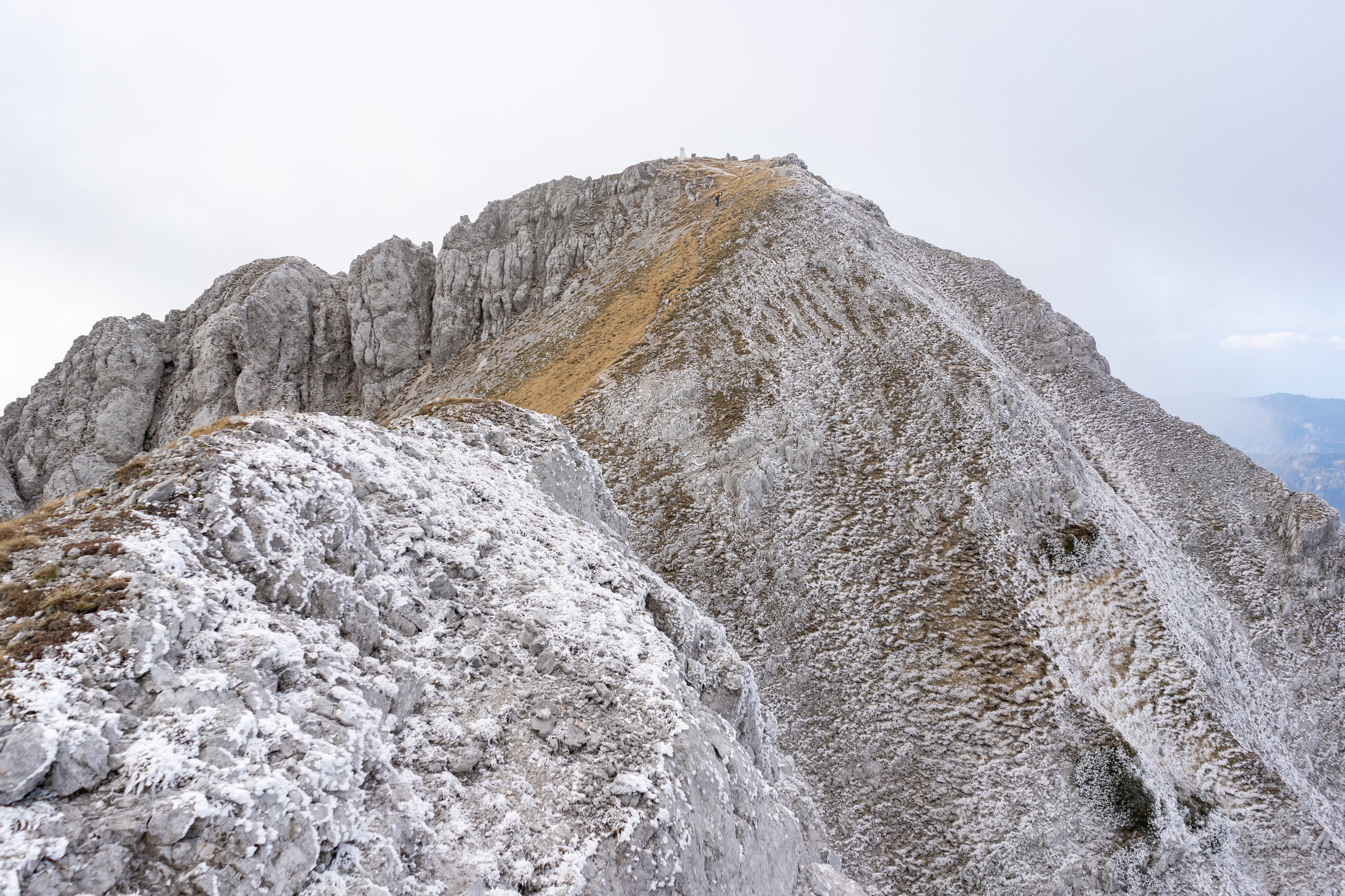 The northern slopes are already covered in frost. Up ahead is Mt. Veliko Kladivo (2094 m).