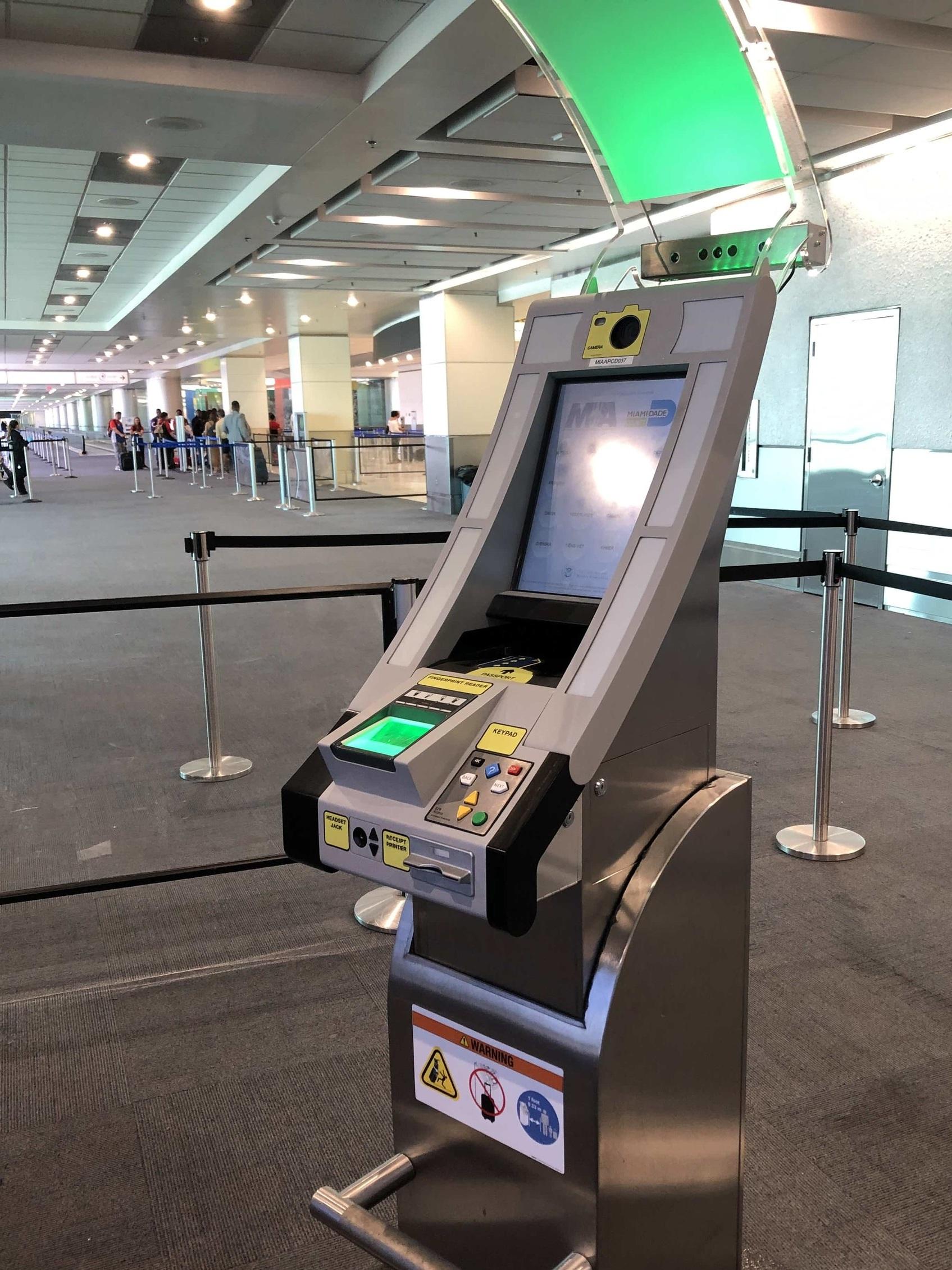 Pre-check machines, MIA, <Travelhund>