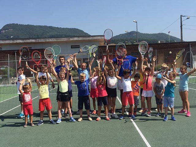 Le tennis continu pendant les vacances d'été !  Cette semaine, 20 jeunes joueurs sont venus faire leur stage d'une semaine avec notre DE Rakesh et notre initiateur Valentin. 🎾  #players #tenniscoublevievoiron #tennis #voiron #france #training #sport #young #boy #girl #tennisplayer
