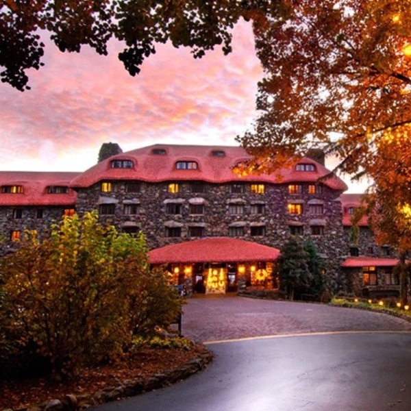 OMNI GROVE PARK INN - Asheville, NC, USAThis historic resort combines old American Southern comfort with nature's glory –experience majestic views of sunset over the Blue Ridge Mountains, admire the building's unique and storied architecture, curl up near impressive stone fireplaces, play 18 holes, or luxuriate in its underground spa. Get out and explore Asheville too –only 10 minutes away.