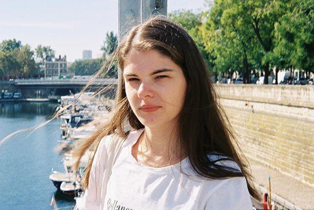 """""""Une Vraie meuf ne se fie pas aux apparences."""" Etudiante entrepreneuse, Seva a lancé un comparateur de prix de sneakers et streetwear. Elle nous parle de son projet, de baskets ou encore de sa région natale la Bretagne. Un portrait à retrouver sur le site, le lien est dans la bio 💘✨"""