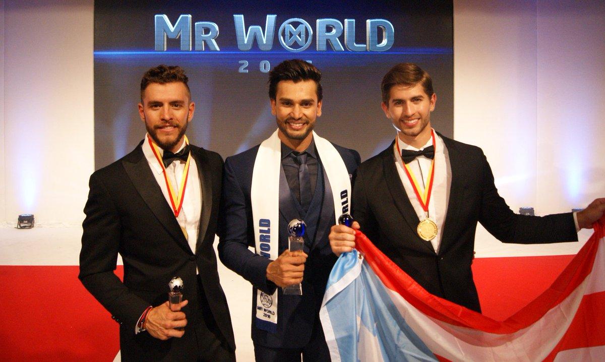 Mister Mundo 2016 Rohit Khandelwal de India, junto a los finalistas de México y Puerto Rico.