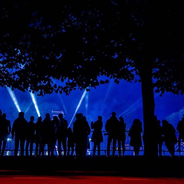 Eilne festivali avaõhtu oli imeline! Nii tore, et teid nii palju sai! 🥰 Täna kell 19.00 kohtume aga juba Kadrioru pargis JA vanalinnas! Täpsema kava ja installatsioonide kaardi leiad: www.valguskonnib.ee (link BIOs). #valguskõnnib // Opening night yesterday was wonderful! So glad there was so many of you! 🥰 Today at 7 pm we will meet in Kadriorg Park AND Old Town. More detailed festival schedule and installation map can be found: www.valguskonnib.ee (link in BIO). #wanderinglights  Foto: Rene Jakobson.