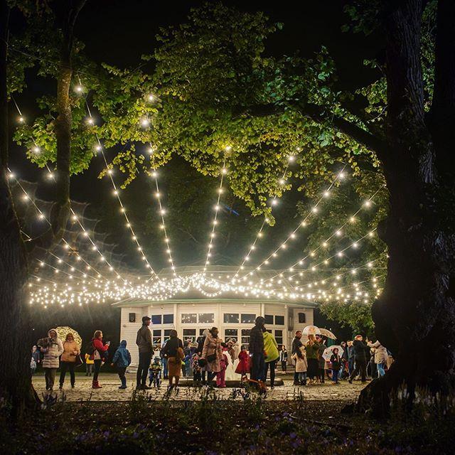 Ja ongi festival selleks aastaks läbi! ✨ Meenutuseks veel mõned fotod Valgus Kõnnib viimasest päevast vanalinnas. Suur-suur tänu kõigile ilma trotsinud külastajatele, festivali võrratule meeskonnale, suurepärastele koostööpartneritele ja toetajatele ning tublidele vabatahtlikele! 🥰 Kohtumiseni järgmisel aastal!👋 #valguskõnnib // The festival is over for this year! ✨ Here are some of the photos from the last day of the festival in the Old Town.  Huge thanks you to all the brave visitors who didn't mind the rain, our excellent festival team, great partners and supporters, and super helpful volunteers! 🥰 See you again next year! 👋 #thewanderinglights