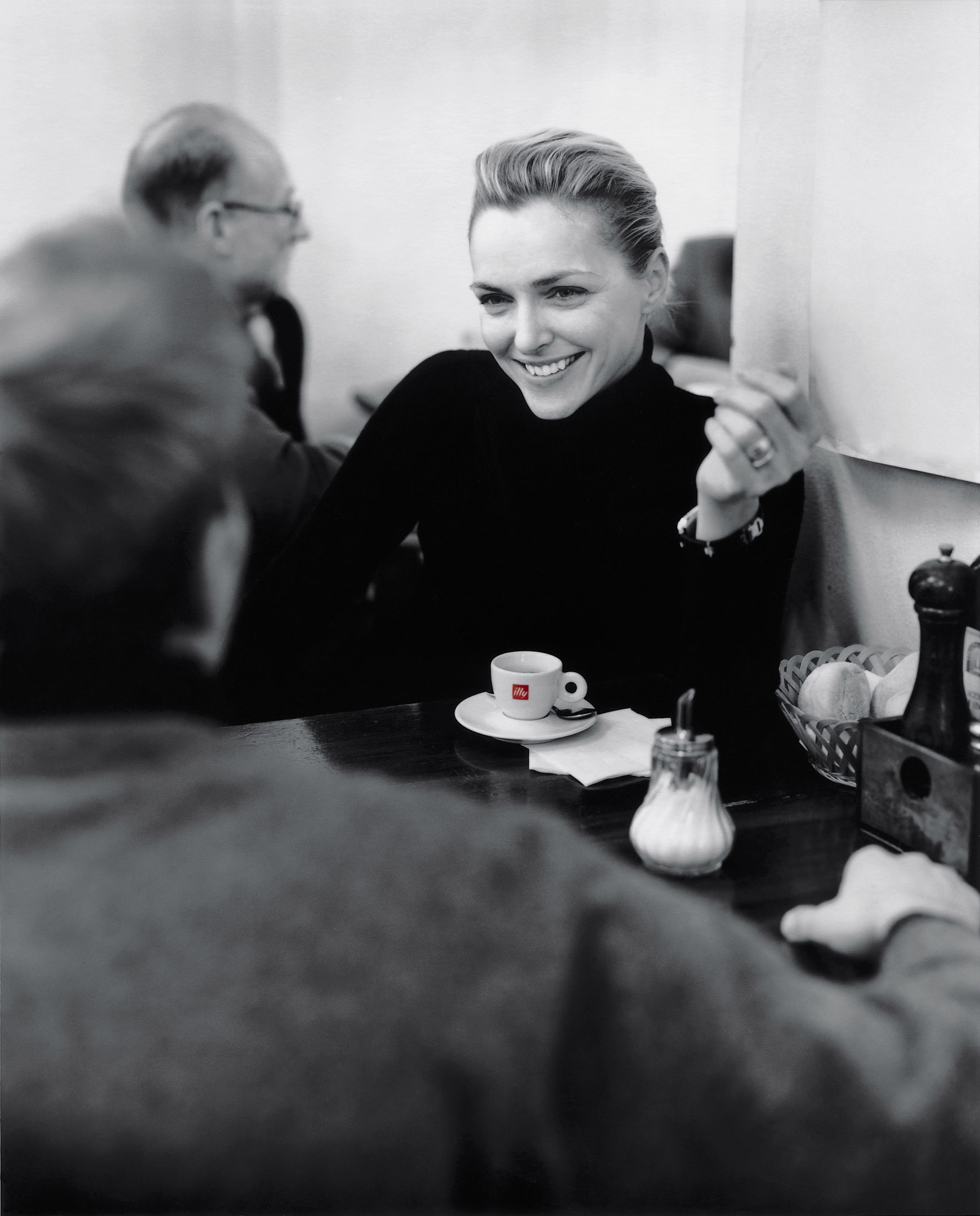 illy-woman-at-cafe.jpg