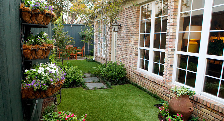 ENGLISH COURTYARD GARDEN -