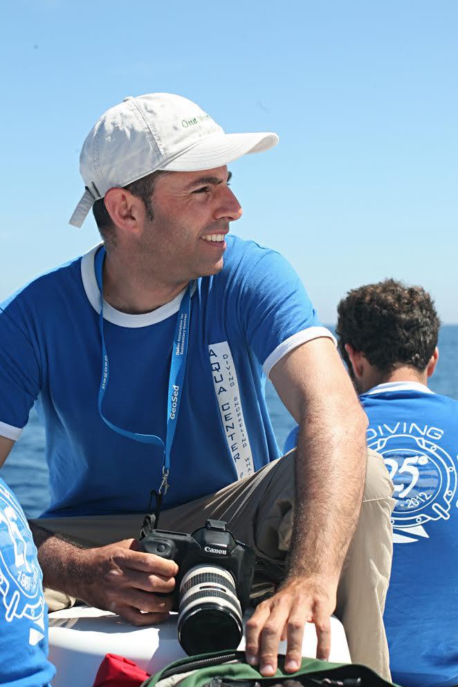 Dr. Luca Bittau - Luca Bittau è presidente e fondatore di SEA ME Sardinia onlus (www.seame.it), laureato in Scienze Naturali e Ph.D. in Biologia Ambientale presso l'Università di Sassari, con cui collabora attualmente, svolgendo attività di ricerca sui cetacei nel Mediterraneo. Dal 2009 conduce progetti di ricerca sui cetacei nei mari della Sardegna. Con le attività scientifiche e di consulenza, ha contribuito alla progettazione ed allo sviluppo delle escursioni di whale watching sul Canyon di Caprera. Le ricerche stanno contribuendo all'iter di istituzione di misure di conservazione internazionali sull'area del Canyon di Caprera (IMMA). Attualmente sta focalizzando le ricerche sulle specie zifio, delfino comune, tursiope, grampo e capodoglio. È Guida Ambientale Escursionistica, AIGAE e Educatore Ambientale riconosciuto dalla Regione Sardegna, con all'attivo numerosi progetti di educazione e sensibilizzazione. Ha collaborato e lavorato con numerose associazioni ambientaliste nazionali.