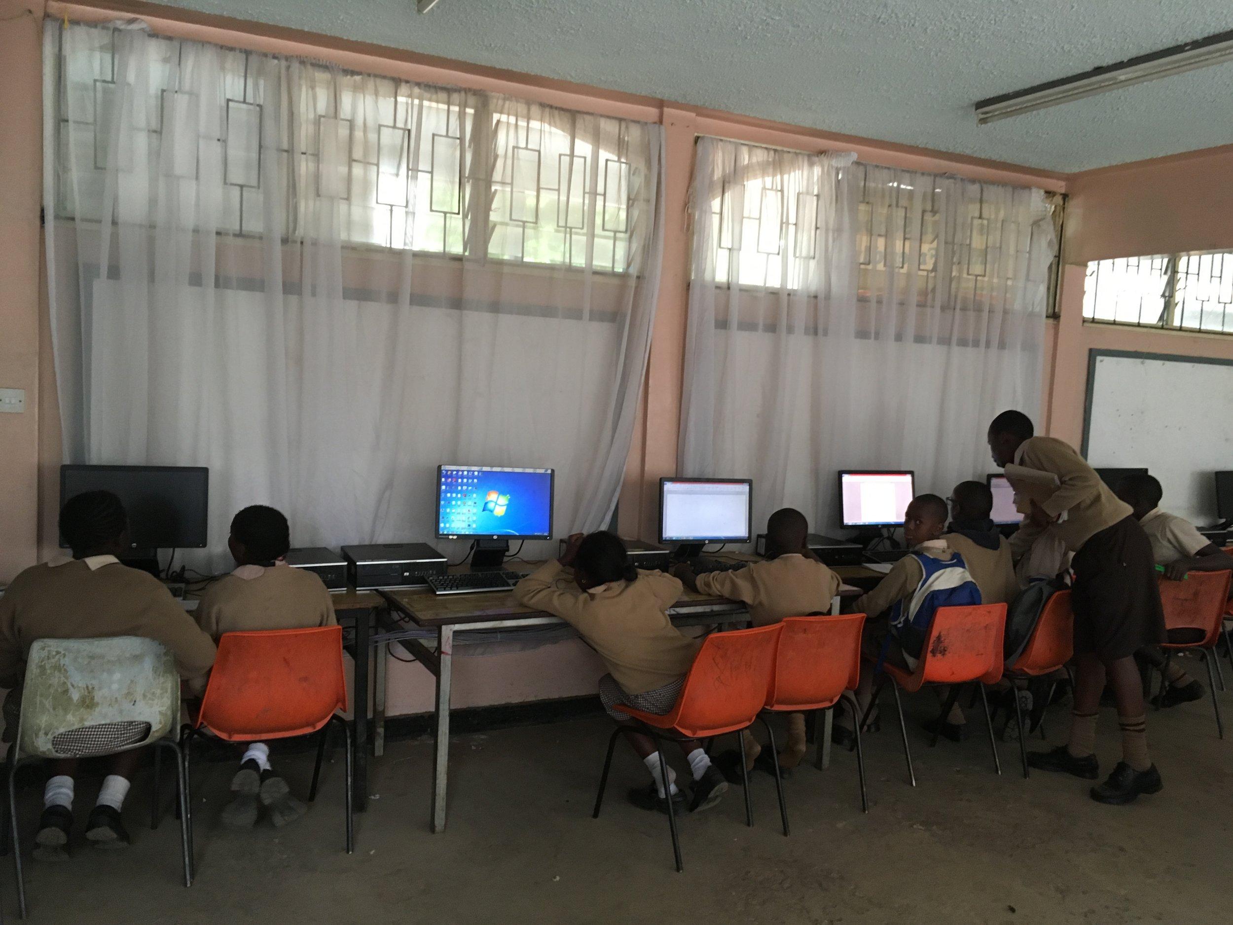 小学校のコンピュータルーム。ネット速度は想像以上に速い。